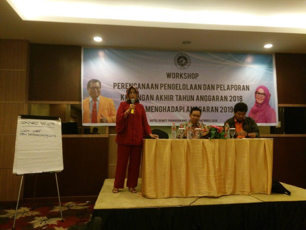 Dekan Fakultas Ilmu Keolahragaan Universitas Negeri Makassar (FIK-UNM), Prof. Dr. Hj. Hasmyati, M.Kes dalam pelaksanaan Workshop di dampingi oleh Pembantu Dekan 2 FIK UNM, Dr. Hikmad Hakim, M.Kes serta Kasubag Perencanaan UNM, Hasmunir, di Hotel Remcy Panakkukang, Makassar, Rabu (28/11/2018).